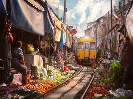 Khu chợ ngay sát đường tàu nguy hiểm nhất thế giới ở Thái Lan