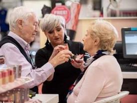 Ông lão 84 tuổi học cách trang điểm cho vợ trước khi bà cụ dần mù lòa