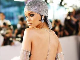 11 bộ đồ phóng khoáng nhất của Rihanna