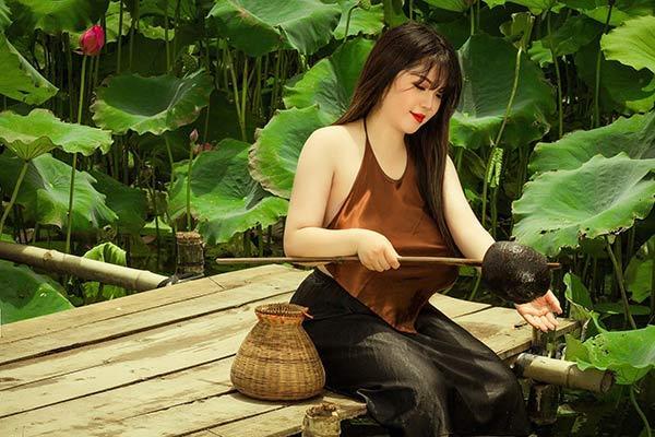 Nữ sinh Hải Dương sở hữu vòng ngực 110 cm khiến người xem bỏng mắt với ảnh áo yếm bên sen-1