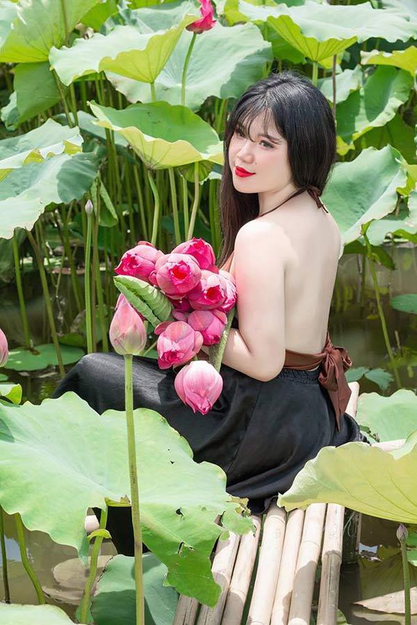 Nữ sinh Hải Dương sở hữu vòng ngực 110 cm khiến người xem bỏng mắt với ảnh áo yếm bên sen-2
