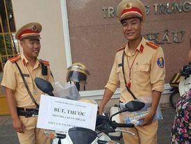 Cảnh sát giao thông tặng bút, thước cho sĩ tử ở kỳ thi THPT Quốc gia