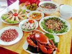 Sinh con 2 tháng, mẹ Hà Tĩnh vẫn 'lăn' vào bếp nấu những mâm cơm hấp dẫn chẳng kém ai