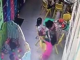Bị phát hiện có hành vi bạo hành trẻ, cô bảo mẫu bỏ trốn