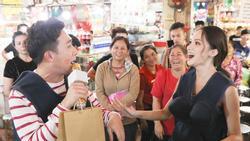 Rũ bỏ hình tượng Hoa hậu, Hương Giang Idol tuyên chiến giành địa bàn bán bún bò