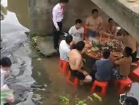 Nhật kí ngày nắng nóng: Khách xuống gầm cầu ăn cỗ, cô dâu bất lực đứng trên nhìn