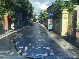 Bức ảnh hoàn hảo nói lên sự khắc nghiệt ngày miền Bắc nắng nóng đỉnh điểm: Đường nhựa cũng phải tan chảy