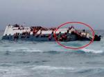 Kinh hoàng cảnh hàng trăm người la hét, cố đu bám vào con phà đang chìm