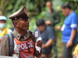 Hàng trăm người đổ đến tiếp sức lực lượng giải cứu ở Thái Lan