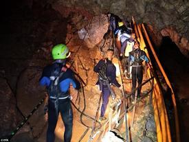 Đang giải cứu đội bóng Thái khỏi hang ngập nước