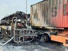 Xe khách cháy trơ khung sau khi đâm vào đuôi xe tải ở Hà Nội