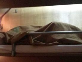 Cặp đôi vô tư 'mây mưa' trên tàu hỏa khiến ai cũng lắc đầu ngao ngán