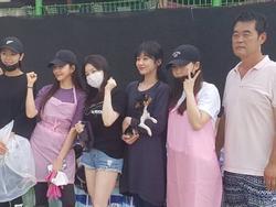 Jang Na Ra không ngại để mặt mộc rạng rỡ khi đi từ thiện