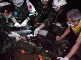Hé lộ cách đưa đội bóng Thái Lan thoát khỏi hang