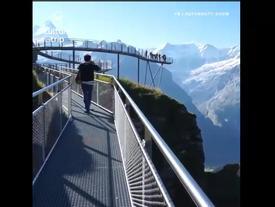 Hoảng hồn với cây cầu lao thẳng ra vách núi chênh vênh