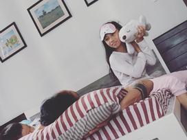 Sau khi 'đào mộ' scandal gạ tình của chồng, vợ Phạm Anh Khoa chia sẻ hình ảnh an nhiên của ông xã bên con