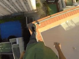 9X Trung Quốc bị ném đá khi đi bộ dọc mép tòa nhà 55 tầng