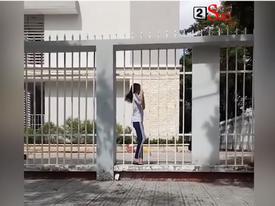 Màn lách người qua cửa siêu cao thủ của cô gái