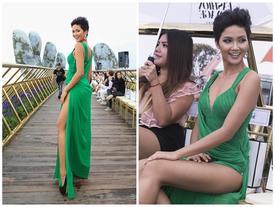 Mặc váy xẻ cao quá hông, Hoa hậu H'Hen Niê vài lần 'lộ hàng' khi khoe chân dài đến thiếu nữ cũng mê