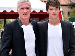 Con trai 22 tuổi nam tính và đầy ấm áp của huấn luyện viên tuyển Pháp