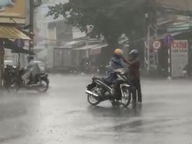 Clip ấm lòng ngày mưa gió: Cha già nhường chiếc áo mưa duy nhất cho con trai 30 tuổi