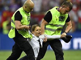 Án tù cho nhóm nhạc xông vào phá đám trận chung kết World Cup