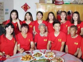 Cậu em trai hạnh phúc 'nhất quả đất': Được 11 chị gái góp tiền tổ chức đám cưới cả tỷ đồng