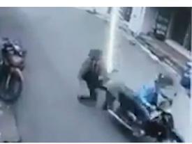 Tên cướp kéo ngã người mẹ bồng con nhỏ ở Sài Gòn