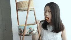 Còn ai sáng tạo hơn 'thánh ăn công sở', trổ tài nấu món Hàn chỉ bằng vỏ hộp bánh quy