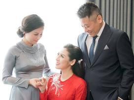 Á hậu Tú Anh rạng rỡ bên cha mẹ trước giờ đón dâu