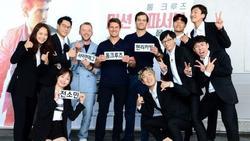 Tom Cruise hào hứng xé bảng tên cùng 'hoàng tử Châu Á' Lee Kwang Soo trong Running Man