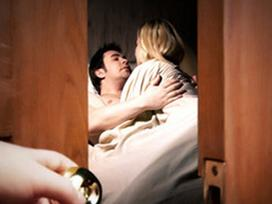 Theo chân chồng hộ tống sếp nữ, vợ chết lặng chứng kiến cảnh khó tin