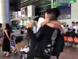 Bạn gái Huỳnh Anh về nước động viên người yêu giữa 'bão' scandal?