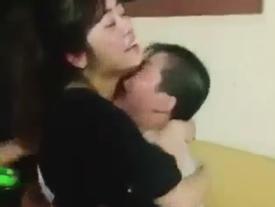 Em trai khóc như mưa khi thấy chị về: Không gì bằng tình cảm gia đình