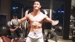 Song Luân khoe thân hình 6 múi ăn đứt Song Joong Ki trong hậu trường 'Hậu duệ mặt trời' bản Việt