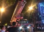 Cứu 5 người trong căn nhà bốc cháy giữa đêm ở Hà Nội