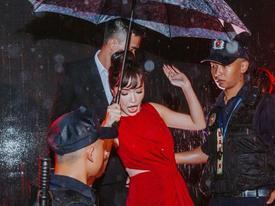 Bích Phương suýt ngã khi biểu diễn 'Bùa yêu' dưới trời mưa