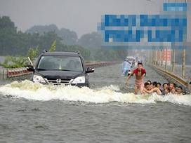 Hà Nội: Bất chấp nguy hiểm, trẻ em hồn nhiên bơi lội giữa đường tỉnh lộ