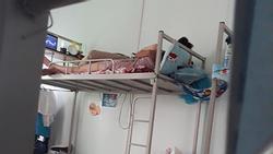 Thân mật quá mức khi nằm trong phòng kí túc xá, cặp nam nữ khiến người xem phẫn nộ