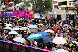 Fan đội mưa xếp hàng nhiều giờ để chờ đón EXID, The Boyz