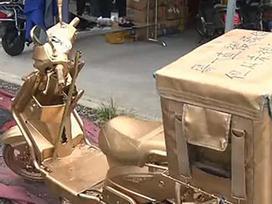 Chàng shipper phun sơn vàng lên xe để cạnh tranh với đối thủ