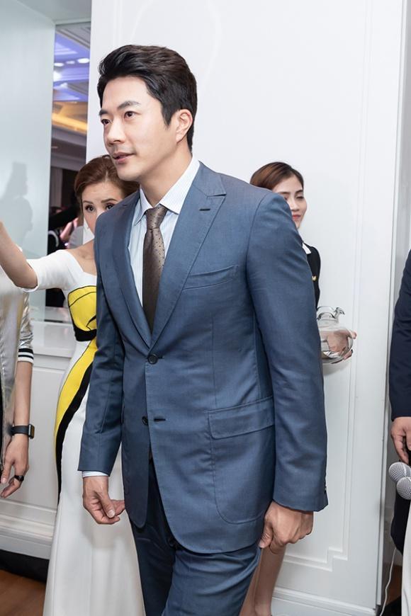 STREET STYLE SAO HÀN: DJ Soda khoe body không chút mỡ thừa - TaeYeon diện đầm như mang bầu-2