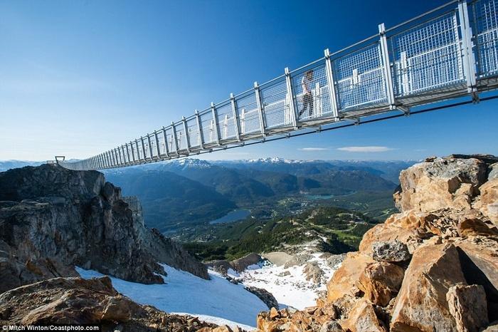Cây cầu treo ở độ cao 2000m khiến ai cũng rụng tim khi bước lên-1