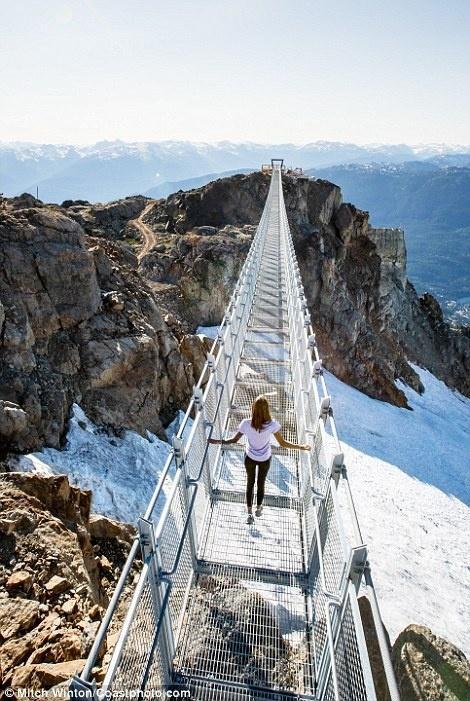 Cây cầu treo ở độ cao 2000m khiến ai cũng rụng tim khi bước lên-2