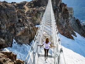 Cây cầu treo ở độ cao 2000m khiến ai cũng rụng tim khi bước lên
