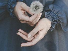 Có một người rất lạ: Buồn và cứ tỏ ra vui, yếu đuối mà cứ tỏ ra mạnh mẽ...