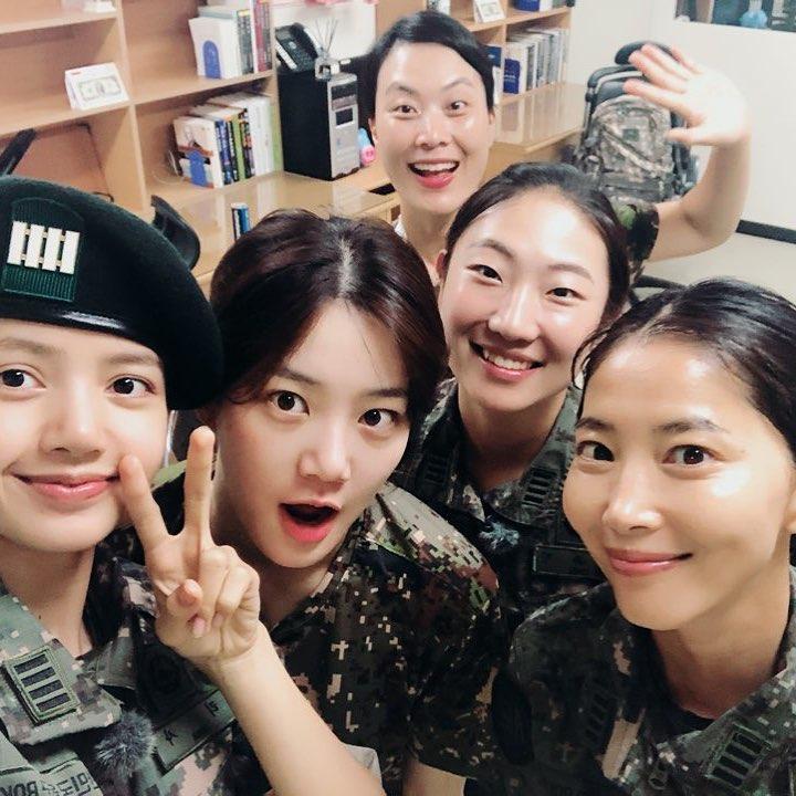 Cặp đôi Những người thừa kế Park Shin Hye và Krystal thể hiện tình cảm thân thiết-3