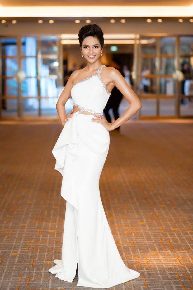 Cùng gây thương nhớ bởi váy áo tông trắng, Nhã Phương - Bích Phương chiếm trọn spotlight thảm đỏ tuần qua-2