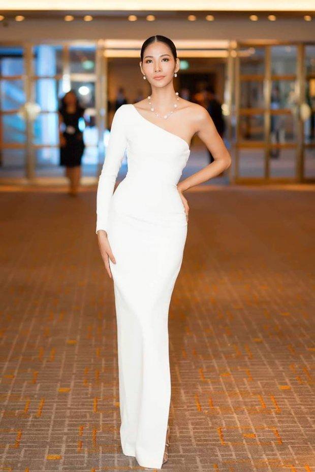 Cùng gây thương nhớ bởi váy áo tông trắng, Nhã Phương - Bích Phương chiếm trọn spotlight thảm đỏ tuần qua-3