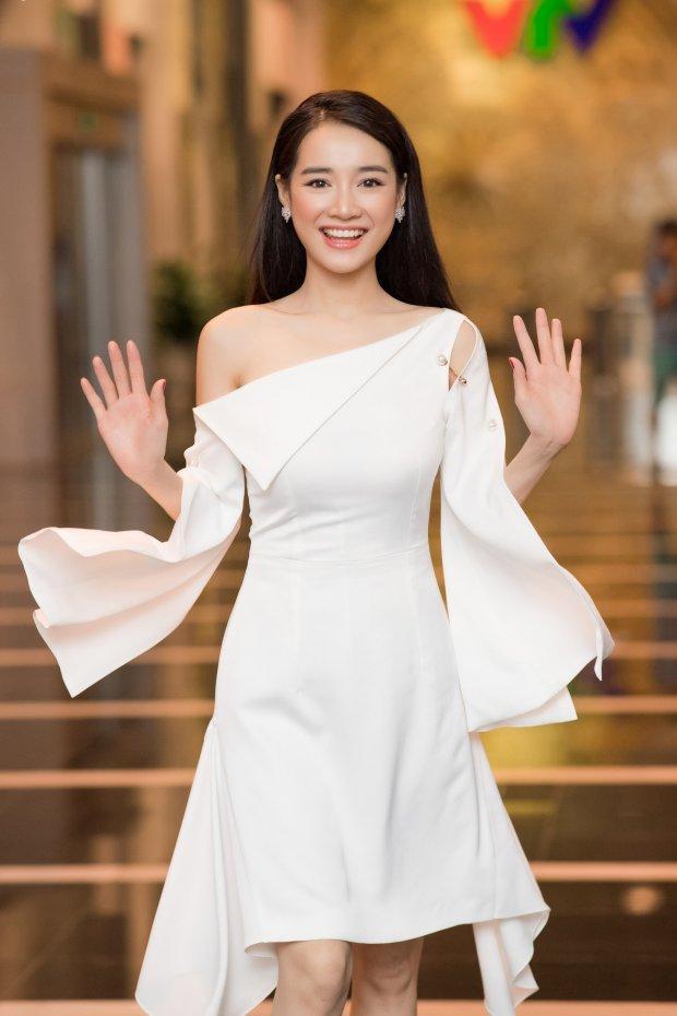 Cùng gây thương nhớ bởi váy áo tông trắng, Nhã Phương - Bích Phương chiếm trọn spotlight thảm đỏ tuần qua-6